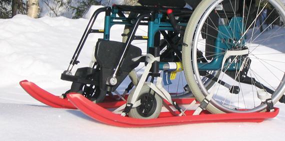 Pyörätuoli johon on kiinnitetty sukset