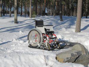 Pyörätuoli jossa alla sukset.